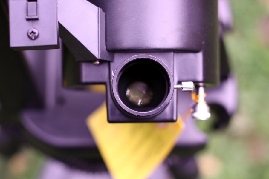 Окуляр вставляется в диагональное зеркало и фиксируется небольшим стопорным винтом на корпусе зеркала