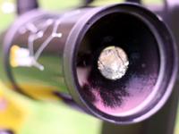 Мениск (передняя линза) закреплен в трубе при помощи широкого резьбового кольца, которое можно ослабить в случае пережатия оптики
