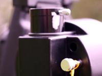 Узел фокусировки расположен на задней части трубы