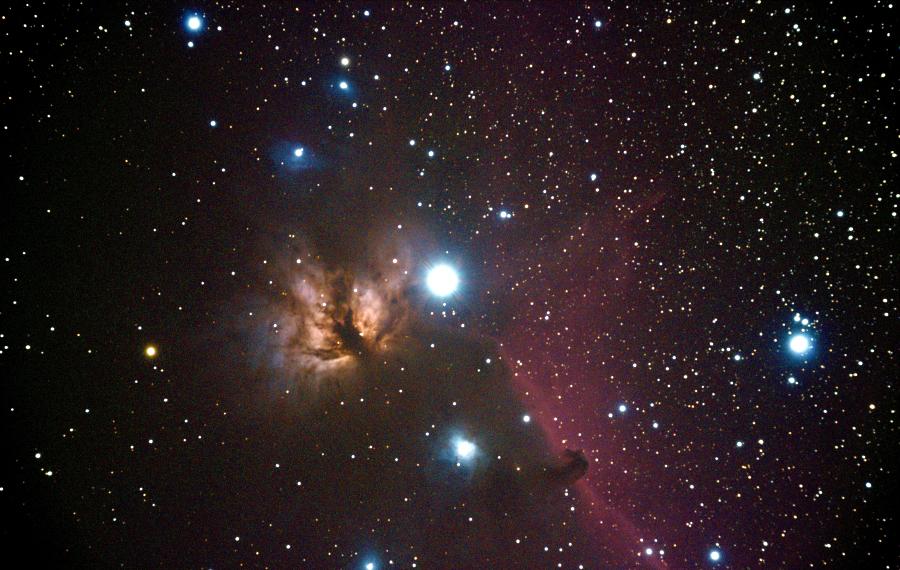 По центру: Туманность «Пламя» (NGC 2024), справа: Туманность «Конская Голова» (IC 434, Barnard 33, также известная как «Голова Лошади»)