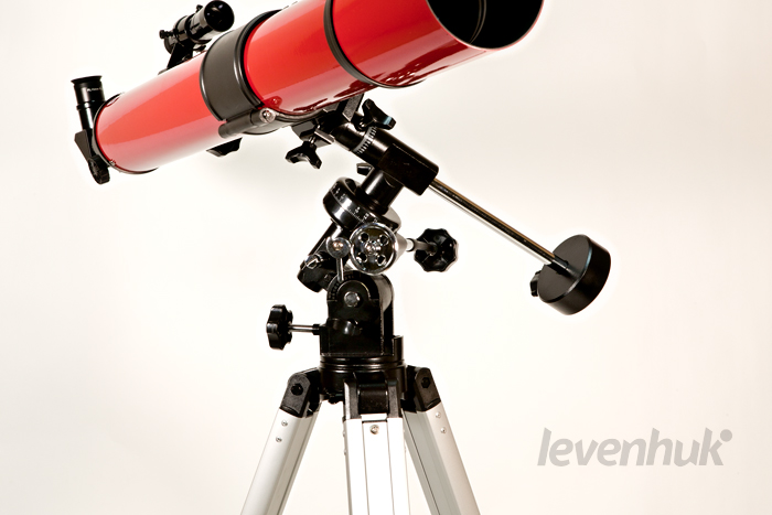 Труба телескопа LEVENHUK, установленная на экваториальной монтировке